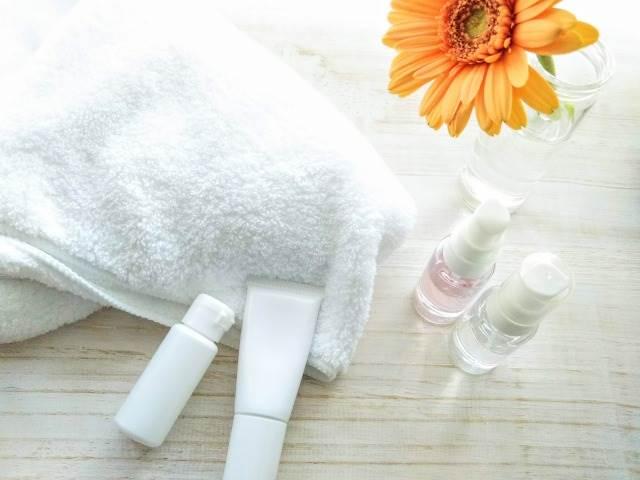 タオルと複数の化粧品